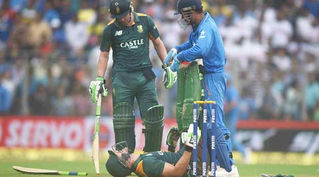 MS Dhoni turns physio for Faf du plesis